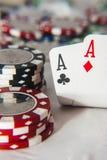 Pair des as devant des jetons de poker Photos libres de droits