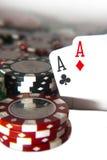 Pair des as devant des jetons de poker Photographie stock