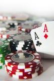 Pair des as devant des jetons de poker Image libre de droits
