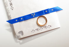Pair of wedding rings on the wedding invitation card Stock Photography