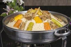Paira a carne no cuscuz em um restaurante oriental Imagem de Stock