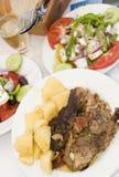 Paira no alimento grego de papel do taverna do console fotografia de stock royalty free