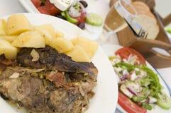 Paira no alimento grego de papel do taverna do console fotografia de stock