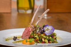 Paira reforços com salada dos vegetais e as flores comestíveis Fotografia de Stock Royalty Free