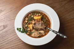 Paira a sopa das lentilhas vermelhas, aipo e verdes, em uma tabela de madeira Fotos de Stock