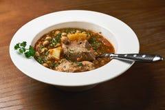 Paira a sopa das lentilhas vermelhas, aipo e verdes, em uma tabela de madeira Fotografia de Stock Royalty Free