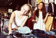 Paire de jeans de achat de filles ensemble Photo stock