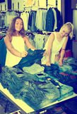 Paire de jeans de achat de filles ensemble Images libres de droits