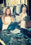 Paire de jeans de achat de filles ensemble Photo libre de droits