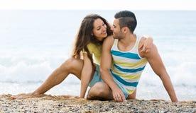 Paires affectueuses ayant la date romantique sur la plage sablonneuse Image stock