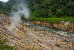 Paires blanches des pierres et d'un courant avec des pierres Philippines, île Negros Photos stock