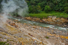 Paires blanches des pierres et d'un courant avec des pierres Philippines, île Negros Photos libres de droits