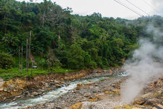 Paires blanches des pierres et d'un courant avec des pierres Philippines, île Negros Photographie stock libre de droits