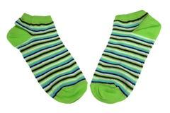 Paires chaussettes rayées de vert, de noir, bleues et blanches de dames Photographie stock