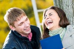 Paires d'étudiants heureux à l'extérieur Photographie stock libre de droits