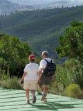 Paires d'aînés sur une promenade. Photographie stock