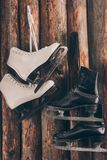 Paires d'accrocher blanc et noir de patins photographie stock libre de droits