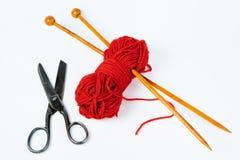 Paires d'aiguilles de tricotage en bois, de laine rouge et de ciseaux - b blanc photo libre de droits