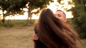 Paires d'amants flânant pendant les vacances de parc banque de vidéos