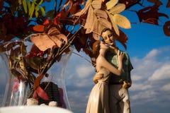 Paires d'amour de figurine d'argile sur un fond Photo libre de droits