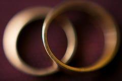 Paires d'anneaux de mariage d'or avec le fond de bokeh Photos libres de droits