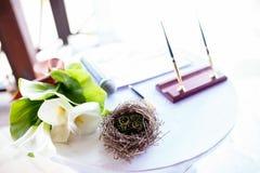 Paires d'anneaux de mariage s'étendant dans la décoration de mariage de nid Symbole de famille, d'unité et d'amour Photos libres de droits