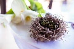Paires d'anneaux de mariage s'étendant dans la décoration de mariage de nid Symbole de famille, d'unité et d'amour Image libre de droits