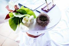 Paires d'anneaux de mariage s'étendant dans la décoration de mariage de nid Symbole de famille, d'unité et d'amour Images stock