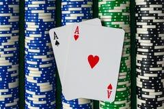 Paires d'as sur des jetons de poker Photos libres de droits