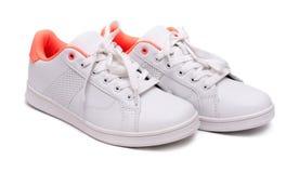 Paires d'espadrilles blanches sur le fond blanc sport de chaussures Images libres de droits