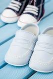 Paires d'espadrilles bleu-foncé et blanches de bébé et de chaussures de bébé bleu Photo libre de droits