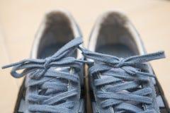 Paires d'espadrilles bleues avec des dentelles Photo libre de droits