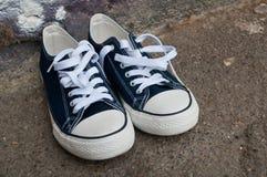 Paires d'espadrilles bleues d'été Photos libres de droits