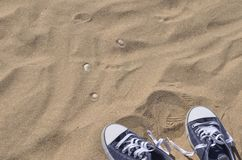 Paires d'espadrilles bleues sur la plage Photos stock
