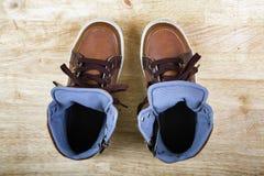Paires d'espadrilles brunes avec des dentelles Photo libre de droits
