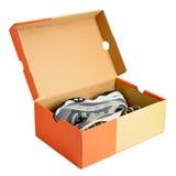 Paires d'espadrilles dans la boîte en carton de chaussure Image stock