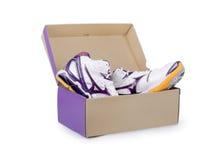 Paires d'espadrilles dans la boîte en carton de chaussure Photos libres de droits