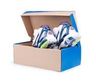 Paires d'espadrilles dans la boîte en carton de chaussure Images stock