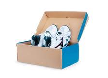 Paires d'espadrilles dans la boîte en carton de chaussure Photos stock