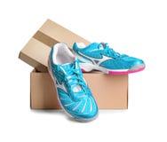 Paires d'espadrilles dans la boîte en carton de chaussure Photo libre de droits