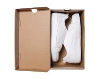 Paires d'espadrilles dans la boîte en carton de chaussure d'isolement sur le backgro blanc Image libre de droits