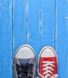 Paires d'espadrilles de chaussures en caoutchouc utilisées par textile, rouges et bleues Images libres de droits