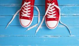 paires d'espadrilles rouges avec les dentelles blanches Photos stock
