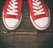 Paires d'espadrilles rouges de textile Image stock