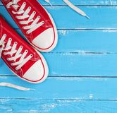 Paires d'espadrilles rouges de textile avec les dentelles blanches Image stock