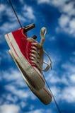 Paires d'espadrilles rouges sur la corde à linge Photos libres de droits