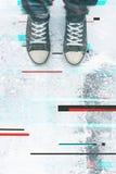 Paires d'espadrilles sur le trottoir avec l'effet numérique de problème Images libres de droits