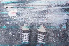 Paires d'espadrilles sur le trottoir avec l'effet numérique de problème Photos stock