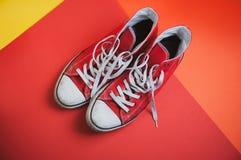 Paires d'espadrilles utilisées rouges sur le fond coloré, vue à partir de dessus images libres de droits