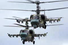 Paires d'hélicoptères de combat d'alligator de Kamov Ka-52 de l'Armée de l'Air russe pendant la répétition de défilé de Victory D Photographie stock